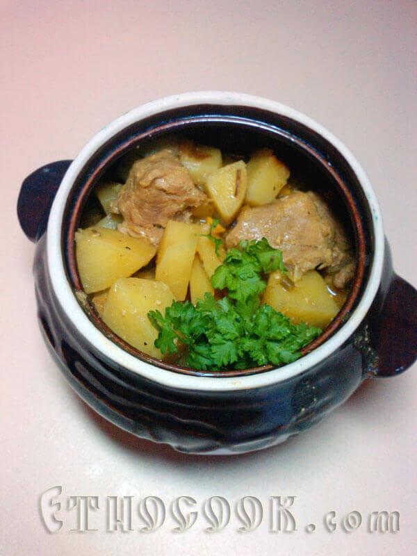 готове карі з овочами і м'ясом в горщику