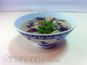 готовий місо-суп овочевий з рисом в тарілці