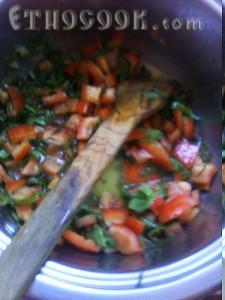 овочі тушкуємо в власному соці на маленькому вогні