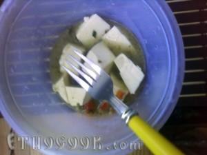 сир нарізуємо кубиками та заливаємо теплим бульйоном