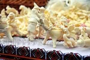 Сирні коники та фігурки з сиру на вишиванці