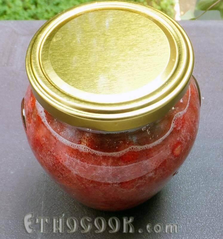 ягоди суниці з цукром в банці