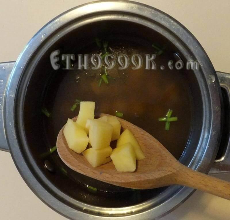 кладемо картоплю в юшку