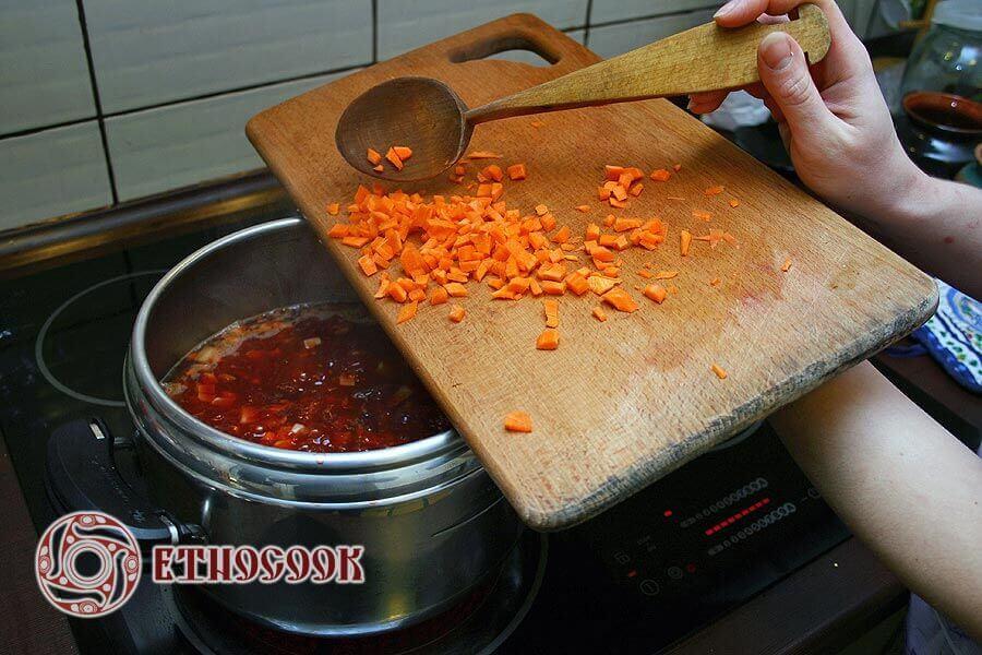 дрібнонарізана морква для борщу