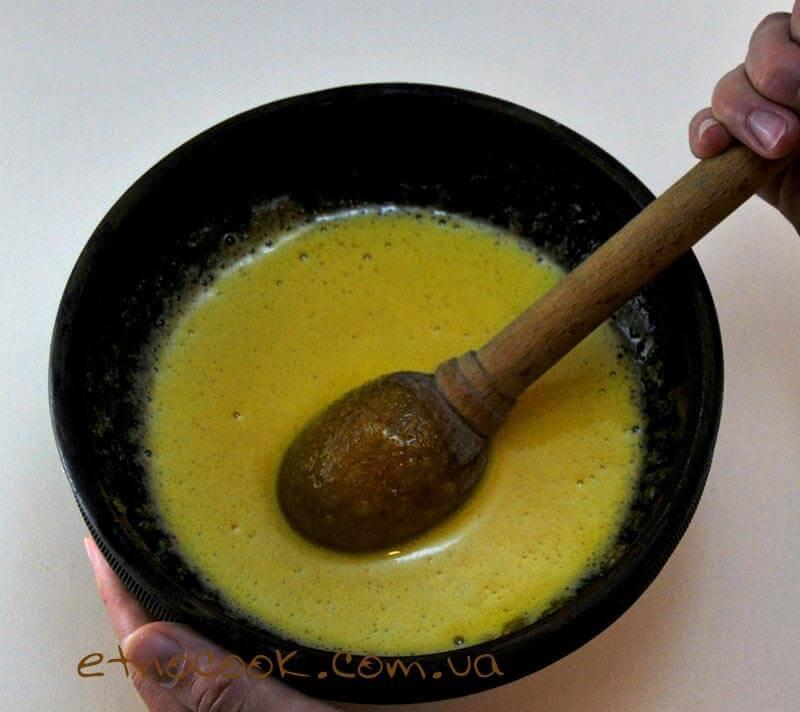 жовтки розтираємо з цукром для сирника