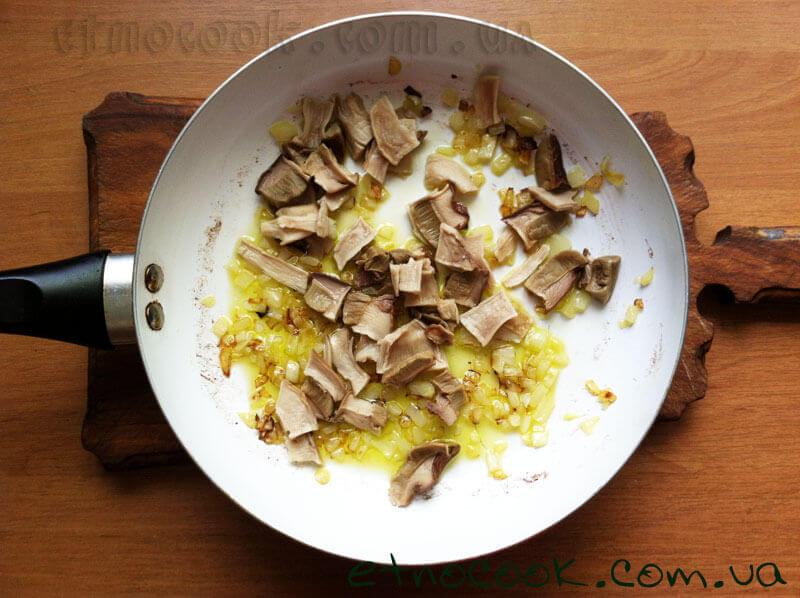 9-додаємо-гриби-до-цибулі-золотистого-кольору-етнокук